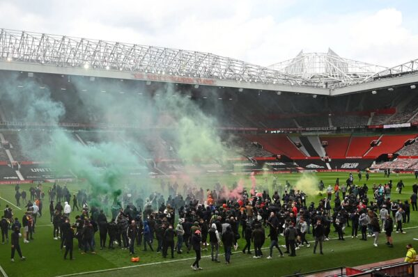 """Манчестър Юнайтед срещу Ливърпул се отлага, след като фенове нахлуха на """"Олд Трафорд"""" в знак на протест"""